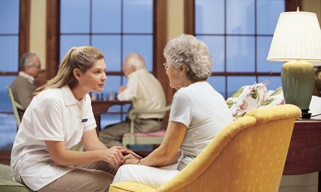 Подмосковье пансионат для престарелых людей на скамейке у дома престарелых