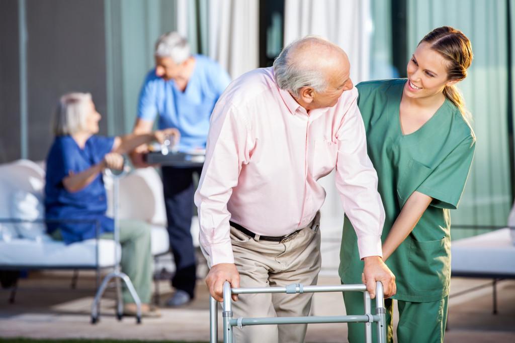 наблюдение за пенсионером