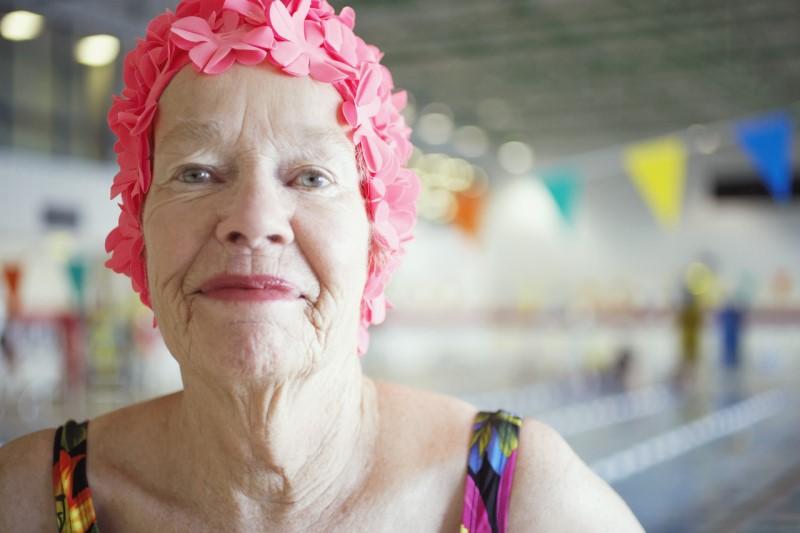 бабушка в бассейне