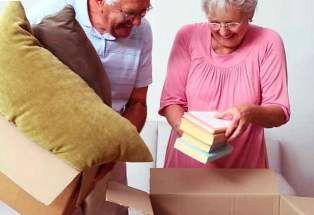 пожилые упаковывают вещи