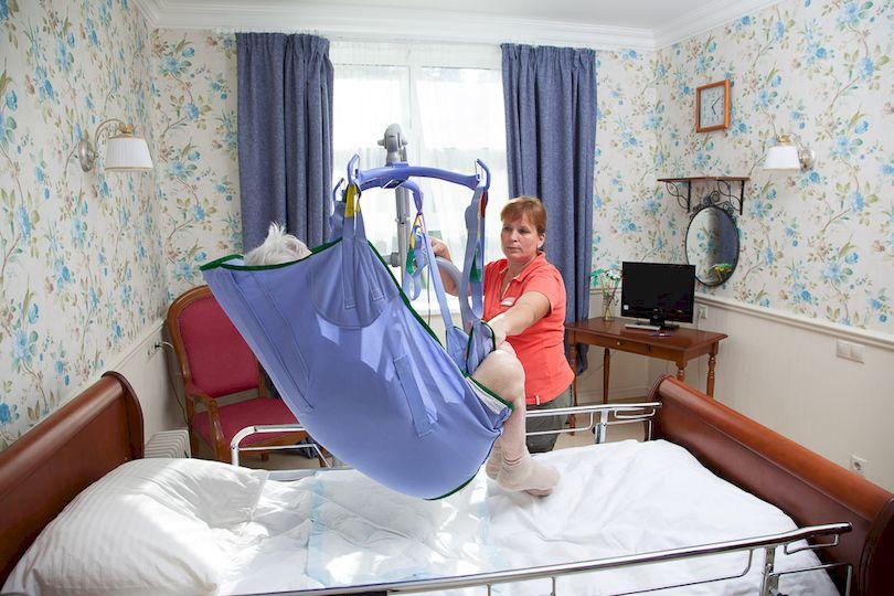 перемещение с кровати на кресло