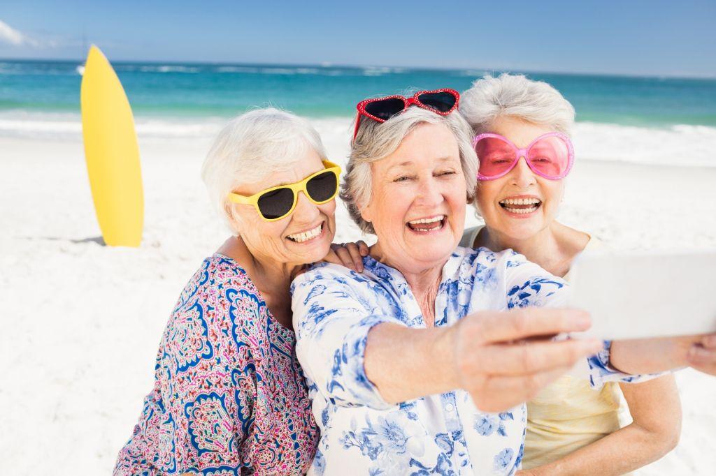туристы в возрасте
