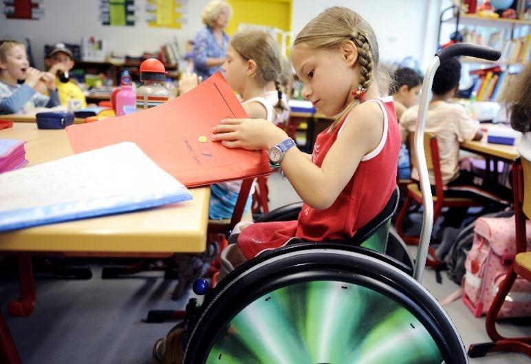 ребенок на инвалидной коляске