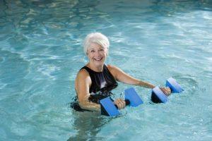 тренировка в бассейне для пожилых