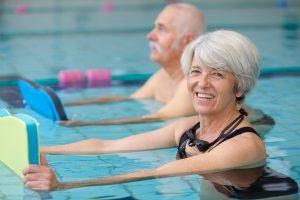 тренировка в бассейне для престарелых