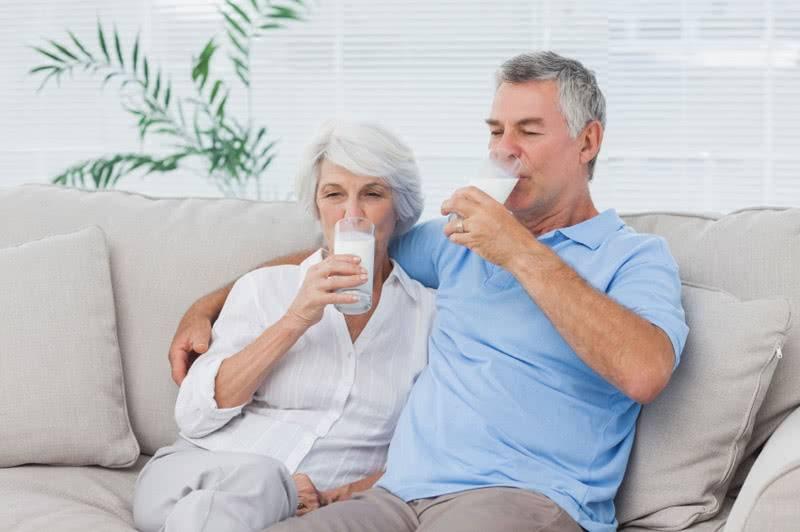 пенсионеры пьют молоко